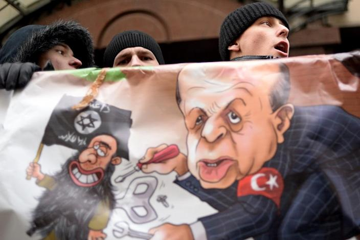 Russian protesters hold a placard and shout slogans in front of the Turkish embassy in Moscow on November 25, 2015 (AFP Photo/Kirill Kudryavtsev)