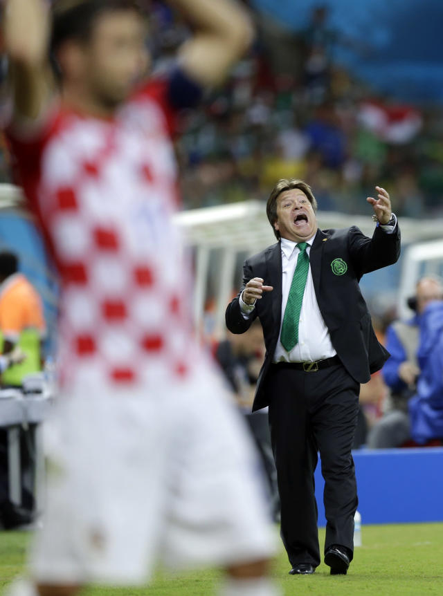 Mexico's head coach Miguel Herrera gestures as he gives instructions to his players during the group A World Cup soccer match between Croatia and Mexico at the Arena Pernambuco in Recife, Brazil, Monday, June 23, 2014. (AP Photo/Ricardo Mazalan)