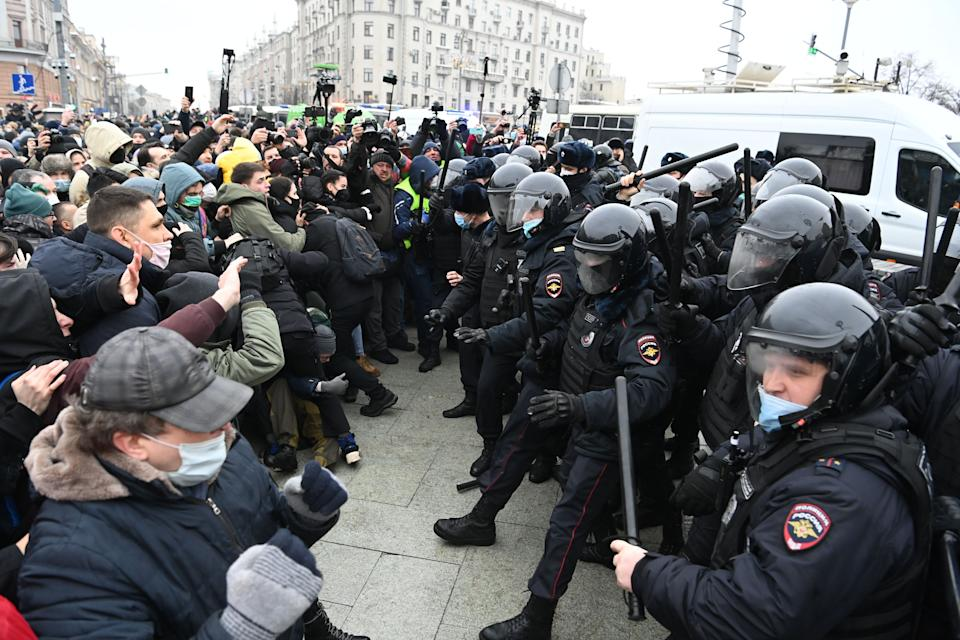 Protesters clash with riot police during a rally in support of jailed opposition leader Alexei Navalny in downtown Moscow. (Photo: KIRILL KUDRYAVTSEV via Getty Images)