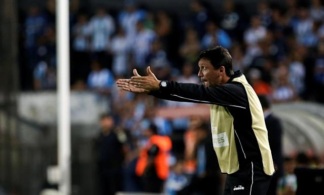 Soccer Football - Copa Libertadores - Argentina's Racing Club v Brazil's Vasco da Gama - Presidente Peron stadium, Buenos Aires, Argentina - April 19, 2018 - Brazil's Vasco da Gama coach, Ze Ricardo gives directions to his players. REUTERS/Agustin Marcarian