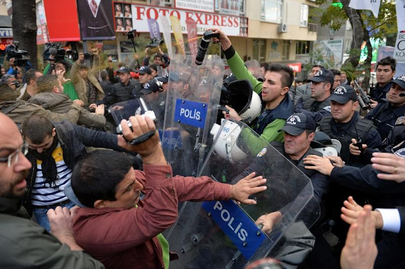 Turkish police clash with protesters demonstrating against the arrest of two journalists in Ankara, on November 27, 2015 (AFP Photo/Adem Altan)