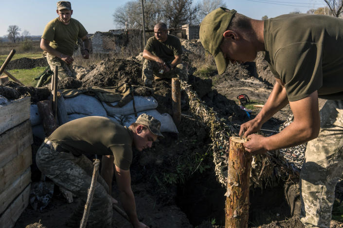 Ukrainian soldiers dig trenches in Stanytsia Luhanska, eastern Ukraine, on Oct. 18, 2019. (Brendan Hoffman/The New York Times)
