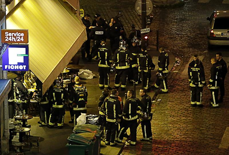 Police and rescuers are seen outside a cafe-brasserie in the 10th arrondissement of the French capital Paris, on November 13, 2015 (AFP Photo/Kenzo Tribouillard)