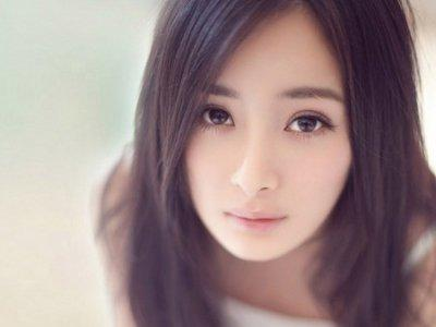 Yang Mi shows off her ring