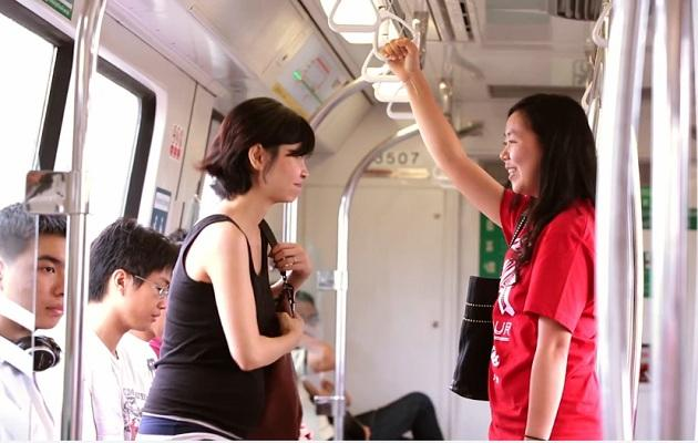 An ambassador gives up her seat to a pregnant commuter (Video screengrab)