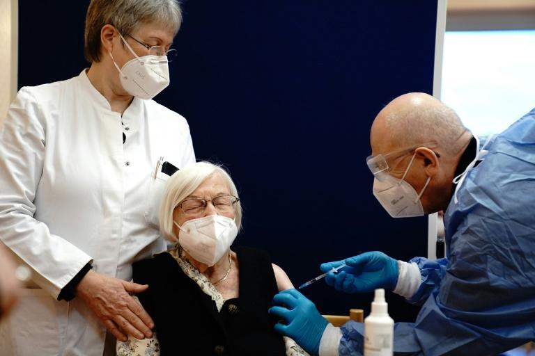 101-year-old Gertrud Haase (C) being vaccinated in Berlin