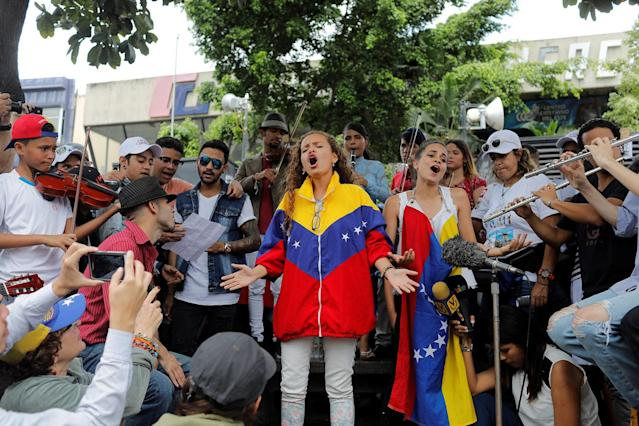 <p>Young musicians sing and play music during a gathering against Venezuela's President Nicolas Maduro's government in Caracas, Venezuela June 4, 2017. (Photo: Marco Bello/Reuters) </p>