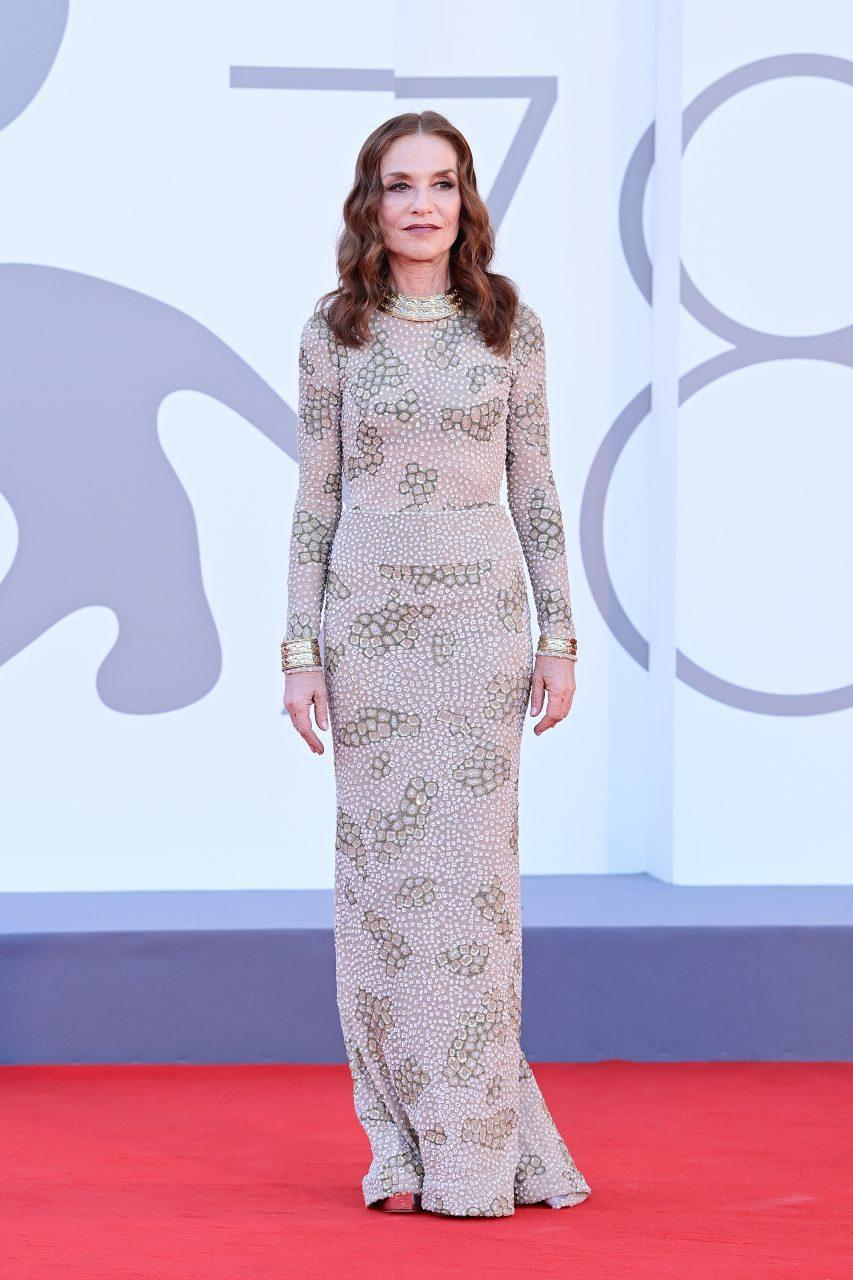 VENICE, ITALY - SEPTEMBER 01: Isabelle Huppert attends the red carpet of the movie 'Madres Paralelas' during the 78th Venice International Film Festival on September 01, 2021 in Venice, Italy. (Photo by Daniele Venturelli/WireImage)