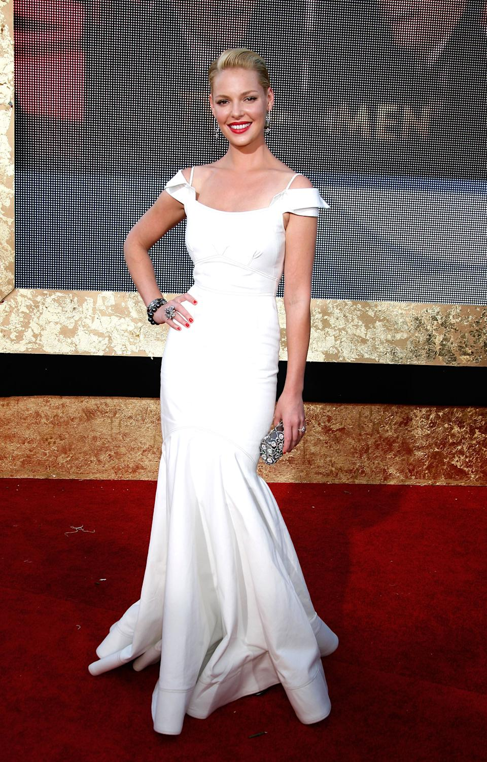 """<p>Katherine Heigl picked up the Emmy for """"Outstanding Supporting Actress in a Drama Series"""" in 2007 wearing a white gown by Zac Posen (Image via Getty Images)</p>"""