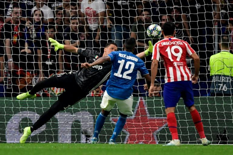 Juventus goalkeeper Wojciech Szczesny (L) couldn't keep out Hector Herrera's 90th-minute header as Atletico Madrid snatched a 2-2 draw