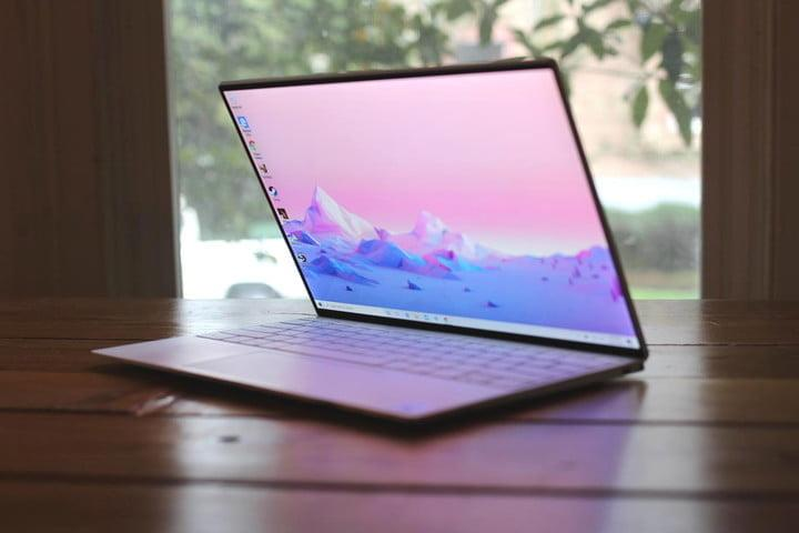 Una laptop Dell XPS 13 sobre una mesa