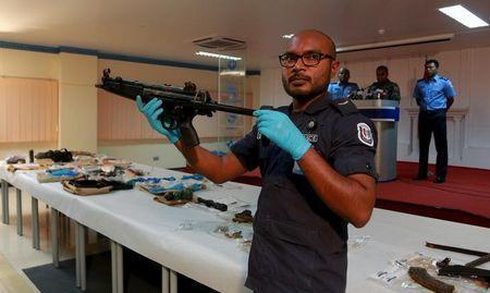 A Maldives police officer shows a weapon found on an island during investigations into a September 28 blast on a speedboat transporting Maldives President Abdulla Yameen, in Hibalhidhoo, Maldives, October 31, 2015. . REUTERS/Waheed Mohamed