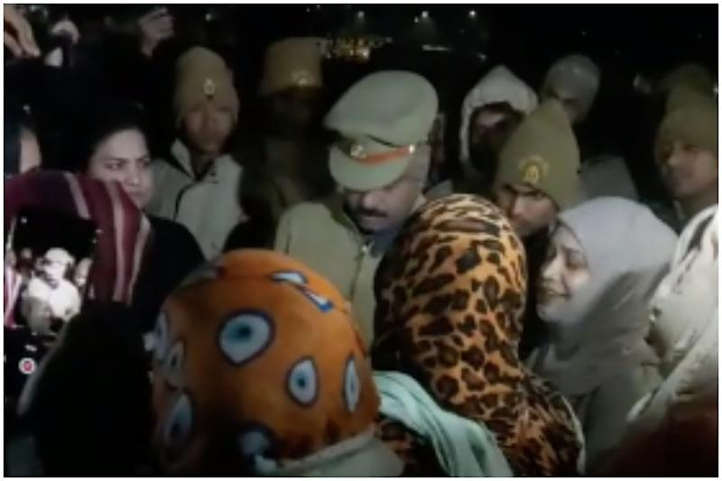 'Kambal Chor' Trends on Twitter as Videos of UP Police 'Stealing' Blankets from Protesters Go Viral