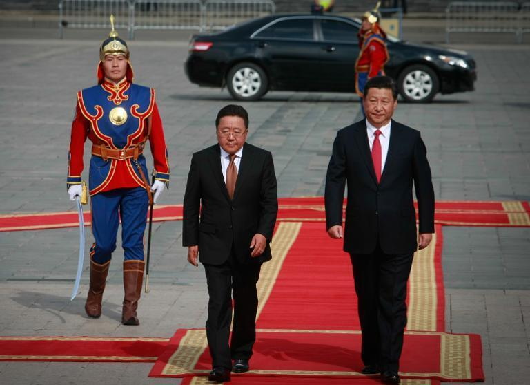 Chinese President Xi Jinping (R) and Mongolian President Tsakhiagiin Elbegdorj at the welcoming ceremony in Ulan Bator during Xi's visit to Mongolia on August 21, 2014