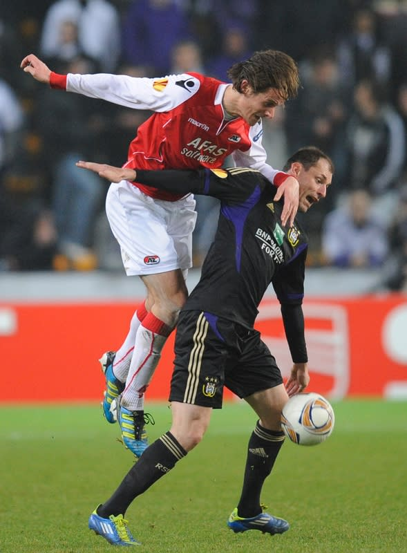AZ Alkmaar's Etienne Reijnen (L) vies with Anderlecht's Milan Jovanovic (R) during an UEFA Europa League round of 32 second leg football match at the Constant Vanden Stock Stadium on February 23, 2012 in Anderlecht. (Photo by John Thys/AFP/Getty Images)