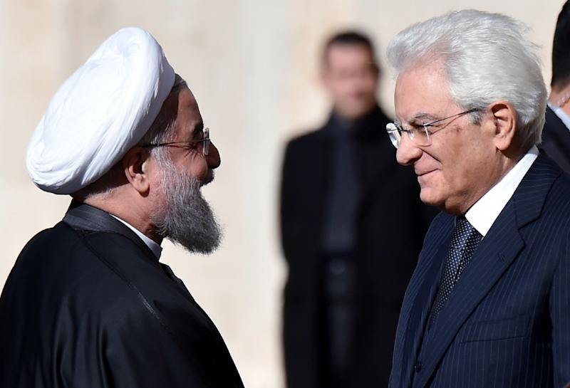 Iranian President Hassan Rouhani (L) is welcomed by Italian President Sergio Mattarella on his arrival at the Quirinale presidential palace in Rome on January 25, 2016 (AFP Photo/Alberto Pizzoli)