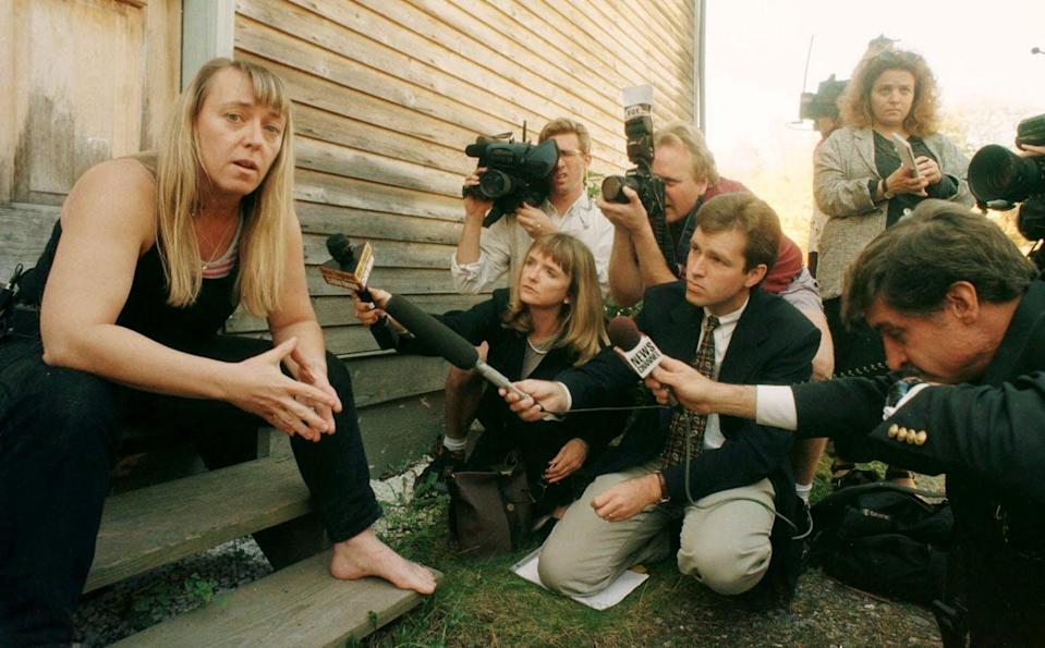 Jody Williams talking with reporters in 1997.