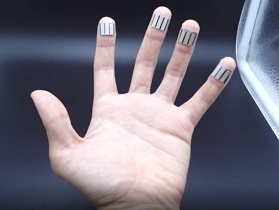 A left hand with 4 BFCs wrapped onto four individual fingers to collect energy simultaneously from multiple fingers (Lu Yin)