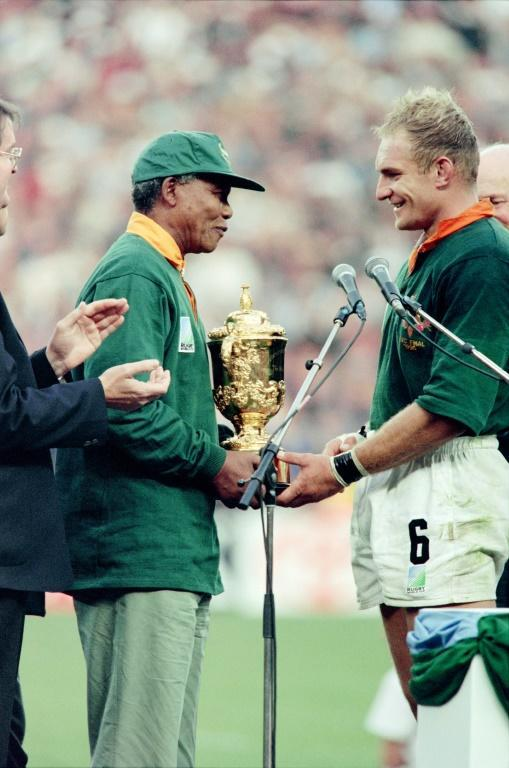Nelson Mandela inspired the South Africans when he arrived at the 1995 final wearing a Springbok jersey (AFP Photo/Jean-Pierre MULLER)