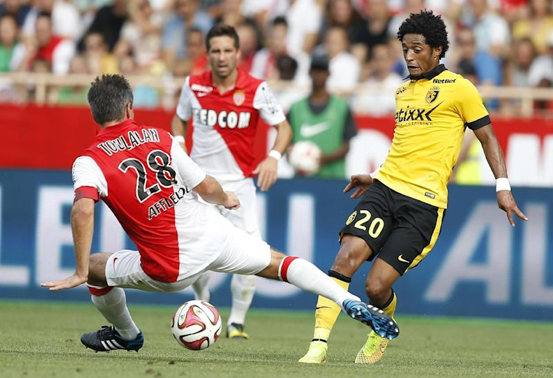 Lille's Cape Verdean forward Ryan Mendes (R) vies with Monaco's French midfielder Jeremy Toulalan (L) during the French L1 match on August 30, 2014 at the Louis II Stadium in Monaco (AFP Photo/Valery Hache)