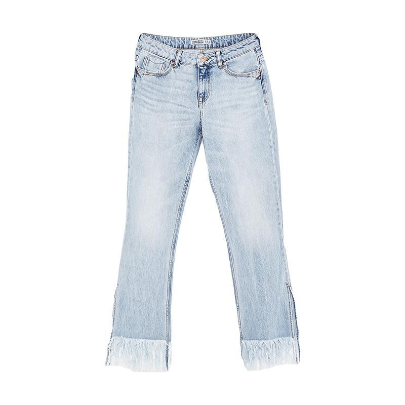 """<p><a href=""""https://www.zara.com/us/en/sale/woman/jeans/view-all/mid-rise-flared-jeans-c732037p4557517.html"""" rel=""""nofollow noopener"""" target=""""_blank"""" data-ylk=""""slk:Mid-Rise Flared Jeans,"""" class=""""link rapid-noclick-resp"""">Mid-Rise Flared Jeans, </a><span><span>$40</span> $30</span></p> <p> <strong>Related Articles</strong> <ul> <li><a href=""""http://thezoereport.com/fashion/style-tips/box-of-style-ways-to-wear-cape-trend/?utm_source=yahoo&utm_medium=syndication"""" rel=""""nofollow noopener"""" target=""""_blank"""" data-ylk=""""slk:The Key Styling Piece Your Wardrobe Needs"""" class=""""link rapid-noclick-resp"""">The Key Styling Piece Your Wardrobe Needs</a></li><li><a href=""""http://thezoereport.com/entertainment/celebrities/meghan-markle-meet-the-markles-reality-show/?utm_source=yahoo&utm_medium=syndication"""" rel=""""nofollow noopener"""" target=""""_blank"""" data-ylk=""""slk:Meghan Markle Is About To Be The Subject Of A New Reality TV Show"""" class=""""link rapid-noclick-resp"""">Meghan Markle Is About To Be The Subject Of A New Reality TV Show</a></li><li><a href=""""http://thezoereport.com/living/wellness/chocolate-avocado-pudding-recipe-bon-appetit/?utm_source=yahoo&utm_medium=syndication"""" rel=""""nofollow noopener"""" target=""""_blank"""" data-ylk=""""slk:If You Love Avocados And Chocolate, You Need To Try This Easy Recipe"""" class=""""link rapid-noclick-resp"""">If You Love Avocados And Chocolate, You Need To Try This Easy Recipe</a></li> </ul> </p>"""