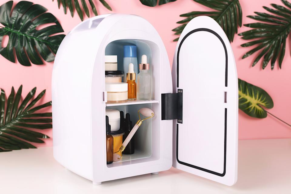 """Get glossy with <a href=""""https://fave.co/2BZBL1R"""" target=""""_blank"""" rel=""""noopener noreferrer"""">Glossybox</a>. Glossybox lets you subscribe to get a box of five beauty products a month. <a href=""""https://fave.co/2BZBL1R"""" target=""""_blank"""" rel=""""noopener noreferrer"""">There are different plans</a>, including a month-to-month one that's $21 each month and a yearly option. You can also pick boxes from <a href=""""https://fave.co/2BZBL1R"""" target=""""_blank"""" rel=""""noopener noreferrer"""">previous months</a> to get delivered to your door.<br /><br />Check out <a href=""""https://fave.co/2BZBL1R"""" target=""""_blank"""" rel=""""noopener noreferrer"""">Glossybox's subscription service</a>."""