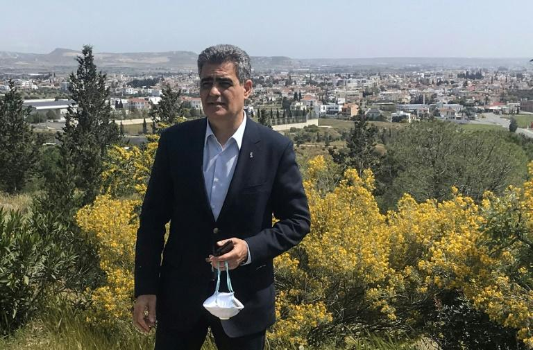 Mayor of Aradippou Evangelos Evangelides met members of the local municipal committee on Saturday morning in a forest outside of town as a way of meeting while maintaining safe social distancing