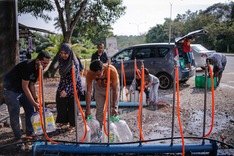 Residents of Seksyen 4 Bangi collect water from taps provided by Pengurusan Air Selangor December 23, 2019. — Picture by Hari Anggara