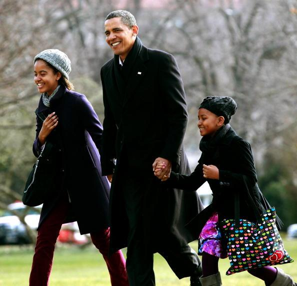US President Barack Obama (C) walks with his daughters Malia (L) and Sasha (R) after they arrive on the South Lawn of the White House on January 4, 2010 in Washington, DC. President Obama and his family were returning from Hawaii where they spent Christmas vacation. (Photo by Mark Wilson/Getty Images)