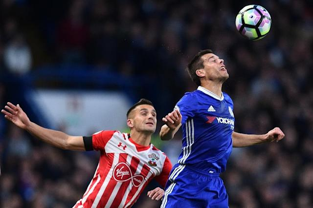 Chelsea's defender Cesar Azpilicueta (R) vies with Southampton's midfielder Dusan Tadic during the English Premier League football match between Chelsea and Southampton at Stamford Bridge in London on April 25, 2017 (AFP Photo/Glyn KIRK )