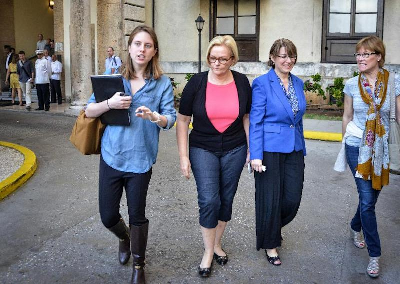 US Senators Amy Klobuchar from Minnesota (2-R) and Claire McCaskill from Missouri (2-L) leave the National Hotel in Havana after a press conference on February 17, 2015 (AFP Photo/Adalberto Roque)