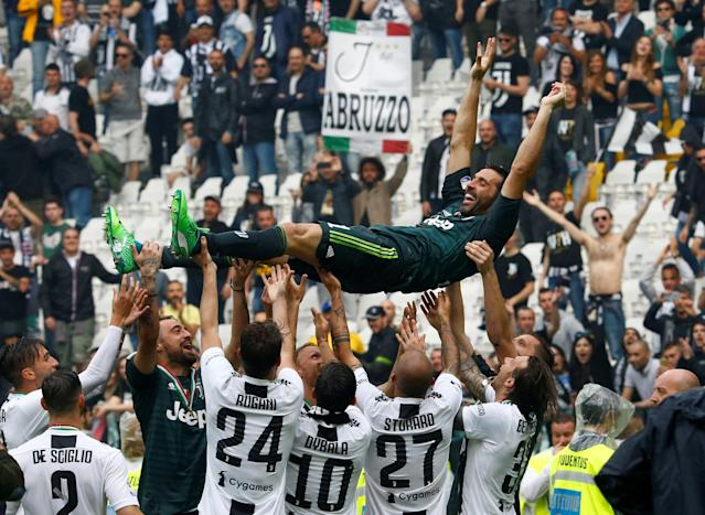 Soccer Football - Serie A - Juventus vs Hellas Verona - Allianz Stadium, Turin, Italy - May 19, 2018 Juventus' Gianluigi Buffon is lifted up by his team mates in celebration of winning the league and his final appearance for Juventus REUTERS/Stefano Rellandini TPX IMAGES OF THE DAY