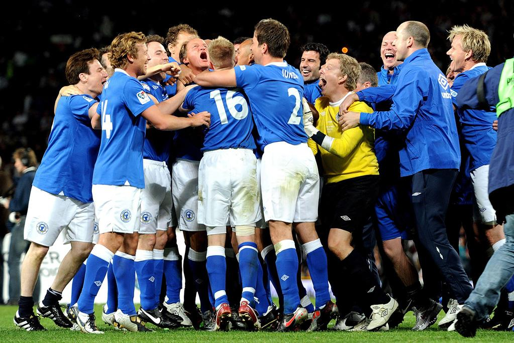 """Sunday's Soccer Aid 2010 celebrity charity match, which raises funds for UNICEF, had an unlikely hero when Woody Harrelson scored the winning penalty kick for the Rest of the World to defeat England for the first time since the tournament started in 2006. Simon Baker and Mike Myers were also part of the all-star team. Shirlaine Forrest/<a href=""""http://www.gettyimages.com/"""" target=""""new"""">GettyImages.com</a> - June 6, 2010"""
