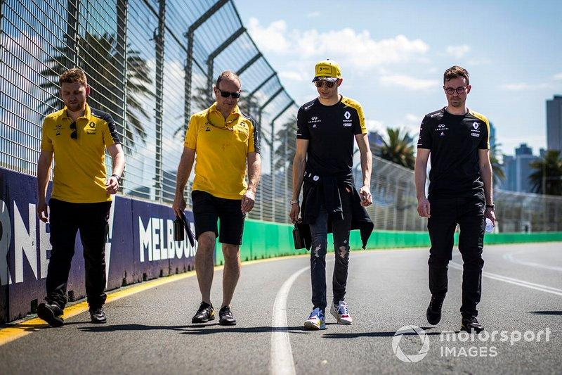 "Esteban Ocon, Renault F1 and members of the team walk the track<span class=""copyright"">Sam Bloxham / Motorsport Images</span>"