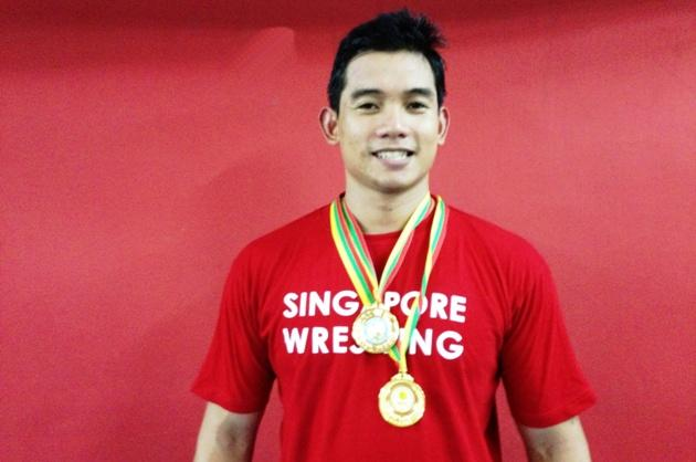 Leonard Kong with his double gold-medal haul. (Yahoo! Photo)
