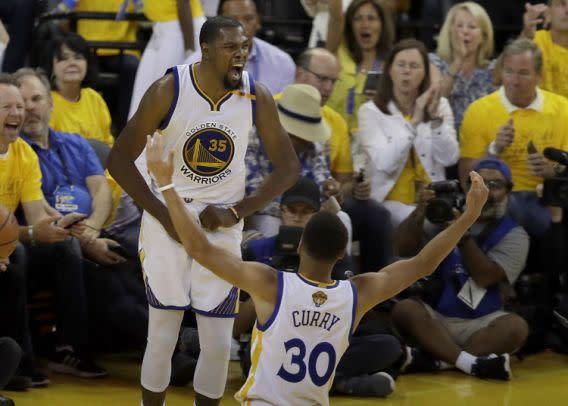<p>Golden State Warriors forward Kevin Durant (35) celebrates with guard Stephen Curry (30) during the second half of Game 2 of basketball's NBA Finals against the Cleveland Cavaliers in Oakland, Calif., Sunday, June 4, 2017. (AP Photo/Marcio Jose Sanchez) (圖片來源:Associated Press) </p>