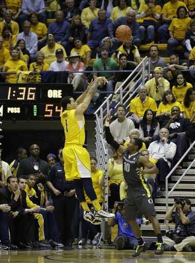 California guard Justin Cobbs makes a basket to put the Golden Bears ahead as Oregon guard Johnathan Loyd, right, looks on late in the second half of their NCAA college basketball game Saturday, Feb. 2, 2013, in Berkeley, Calif. California won the game 58-54. (AP Photo/Eric Risberg)