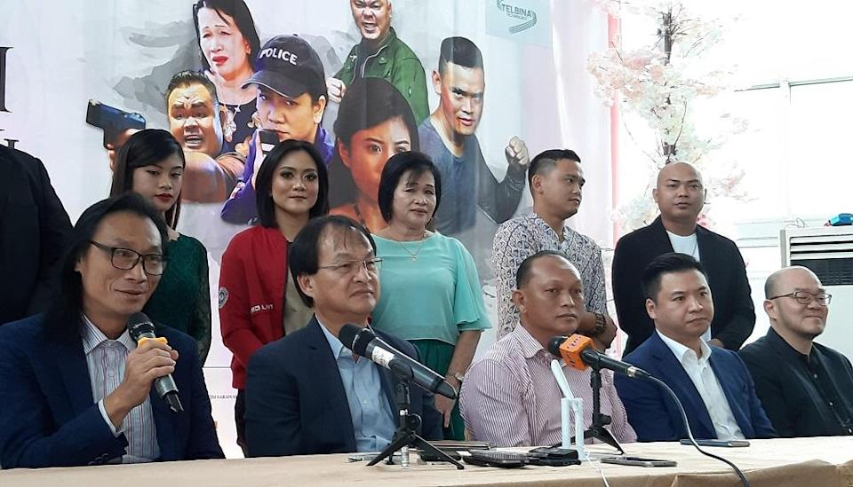 'Bungai Ngerembai' director Datuk Robin Lai (left) with Works Minister Baru Bian (second left) with the some of the actors and actresses at the launch of the movie in Kuching December 28, 2019. — Picture by Sulok Tawie