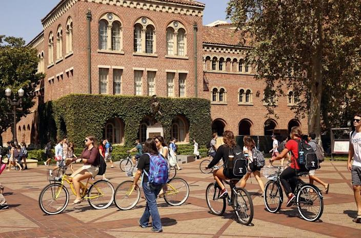 LOS ANGELES, CA SEPTEMBER 23, 2015 -- Students make their way through the campus of USC in Los Angeles Wednesday September 23, 2015 three weeks before USC announced they have fired Trojans football coach Steve Sarkisian. (Al Seib / Los Angeles Times)