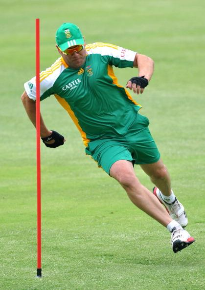 JOHANNESBURG, SOUTH AFRICA - NOVEMBER 15:  Jacques Kallis sprinting during the South African Proteas practice session at Bidvest Wanderers Stadium on November 15, 2011 in Johannesburg, South Africa. (Photo by Duif du Toit / Gallo Images/Getty Images)