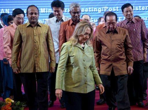 US Secretary of State Hillary Clinton (C) and other members of ASEAN gather in Phnom Penh on July 12, 2012. Clinton, who joined the summit Thursday, had expressed hope of ASEAN unity and had urged progress on the code of conduct, which is seen as reducing the chances of conflict in the South China Sea