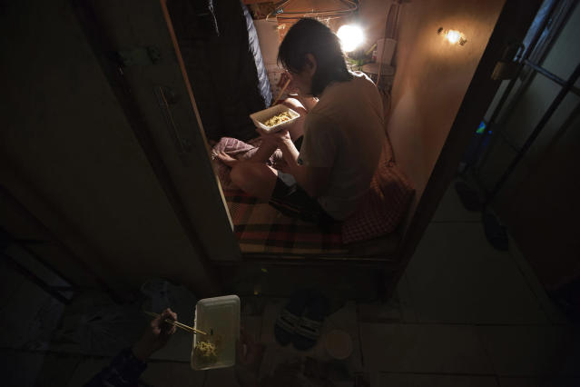 "<p>A resident who only gave his surname Lui, has dinner in his ""coffin home"" in Hong Kong, March 28, 2017. (Photo: Kin Cheung/AP) </p>"