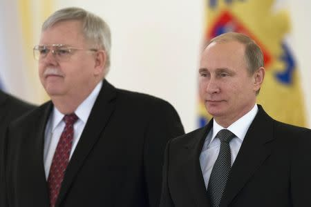 Russian President Vladimir Putin (R) and new U.S. Ambassador to Russia John Tefft attend a ceremony to hand over credentials at the Kremlin in Moscow, November 19, 2014. REUTERS/Alexander Zemlianichenko/Pool