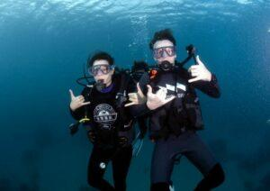 Two foreign visitors are pictured underwater. (Courtesy of Pingtung County Government)