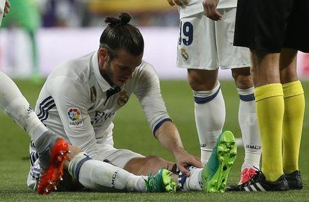 Football Soccer - Real Madrid v FC Barcelona - Spanish Liga Santander - Santiago Bernabeu, Madrid, Spain - 23/4/17 Real Madrid's Gareth Bale down injured Reuters / Susana Vera Livepic