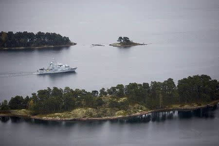 Swedish minesweeper HMS Koster patrols the waters of the Stockholm archipelago, October 19, 2014. REUTERS/Marko Saavala/TT News Agency