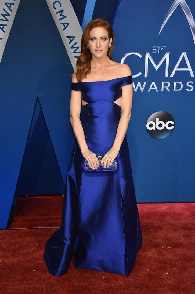 <p>Snow stunned in a satin royal blue gown and matching clutch. (Photo: Getty Images) </p>
