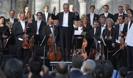 Bavarian State Orchestra and renowned conductor Zubin Mehta (C) gestures before performing at the Ehasas-e-Kashmir concert at Shalimar Garden on the outskirts of Srinagar September 7, 2013. REUTERS/Danish Ismail