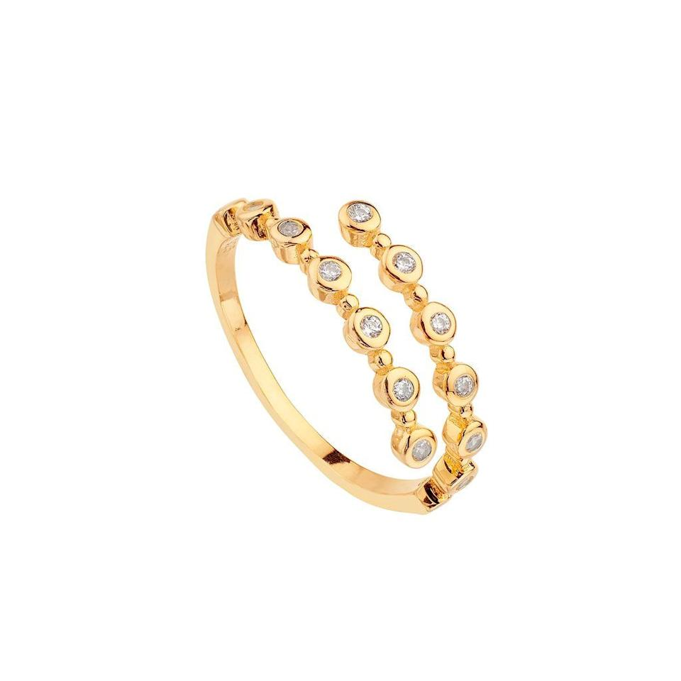 """<p>Anillo de <a href=""""https://www.itemporality.com/collections/anillos/products/anillo-doble-corona-oro"""" target=""""_blank"""">Itemporality</a>, 19 €. </p><p><a class=""""body-btn-link"""" href=""""https://www.itemporality.com/collections/anillos/products/anillo-doble-corona-oro"""" target=""""_blank"""">COMPRAR</a></p>"""