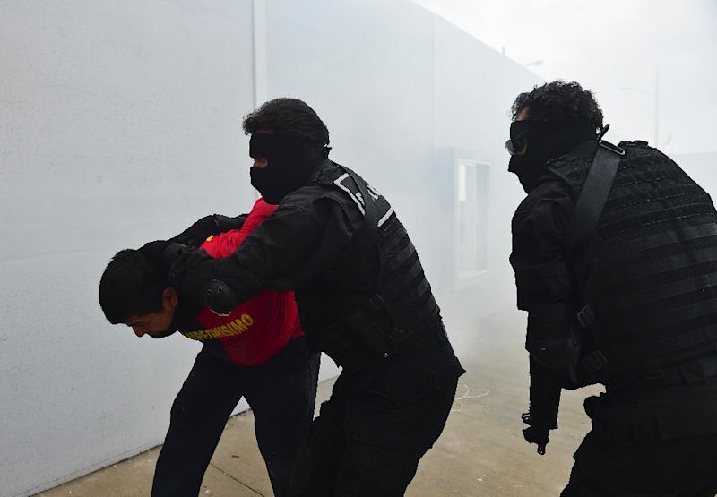 Students of the Ignacio Zaragoza National Academy of Police Training and Development take part in a drill on May 14, 2015 in Amozoc, Puebla State, Mexico (AFP Photo/Ronaldo Schemidt)